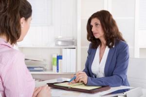 Ältere erfahrene Beraterin in Besprechung