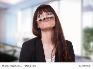 Frau albert rum vor lauter Langeweile im Job